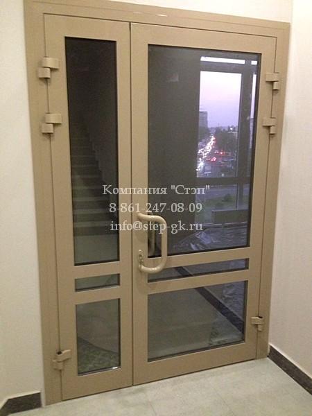 Алюминиевые двери с остеклением
